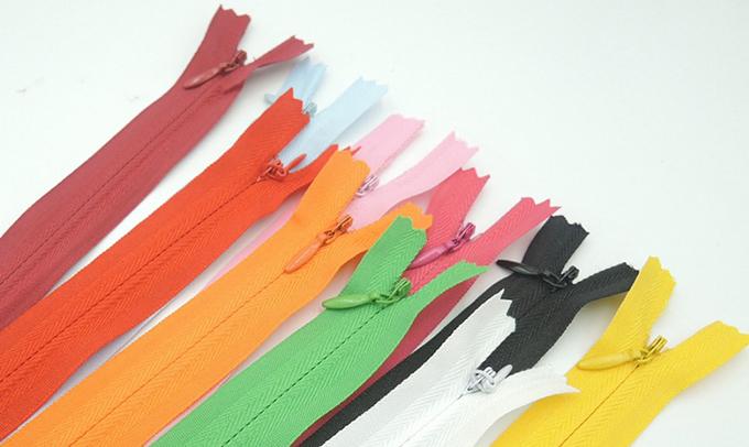 Como funciona a costura de zíper invisível?
